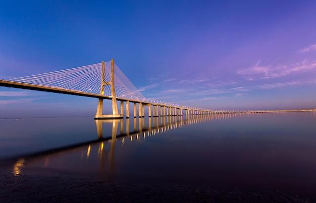 Vasco da gama-brug in lissabon bij zonsondergang, portugal