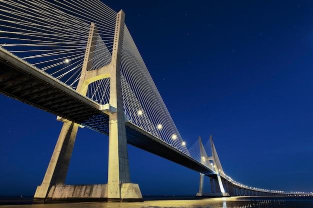 Vasco da gama brug in 's nachts lissabon, portugal