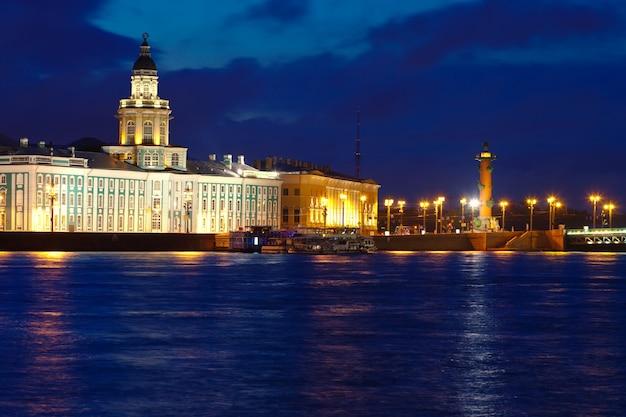 Vasilyevsky island in de nacht