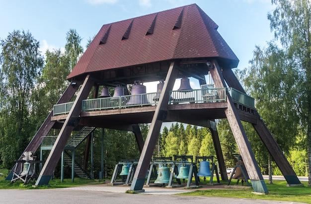 Vaskicello, finland - 17 augustus 2017: collectie van kerkklokken uit verschillende landen van de wereld