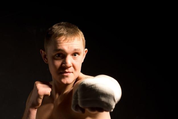 Vastberaden jonge bokser die een klap uitdeelt