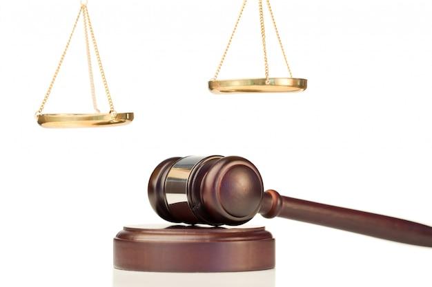 Vaste hamer en gouden schaal van rechtvaardigheid