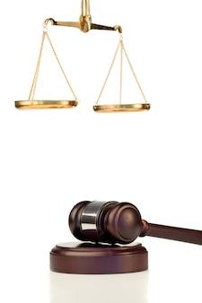 Vaste hamer en schaal van rechtvaardigheid