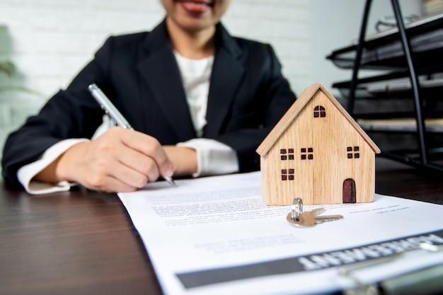 Vastgoed en contract ondertekenen, verkoper en koper van huis succesvol onderhandelen en tot overeenstemming komen en ondertekenen op papier