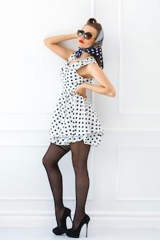Vastpinnen. meisje in schattige jurk