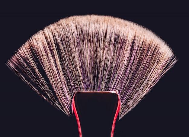 Vaststellende make-upborstel op zwarte achtergrond