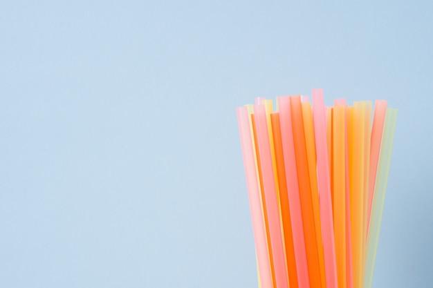 Vat een kleurrijk plastic rietje samen dat wordt gebruikt voor drinkwater of frisdranken