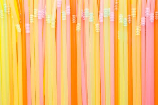 Vat een kleurrijk van plastic stro samen dat voor drinkwater of frisdranken wordt gebruikt. selectieve aandacht. ruimte kopiëren