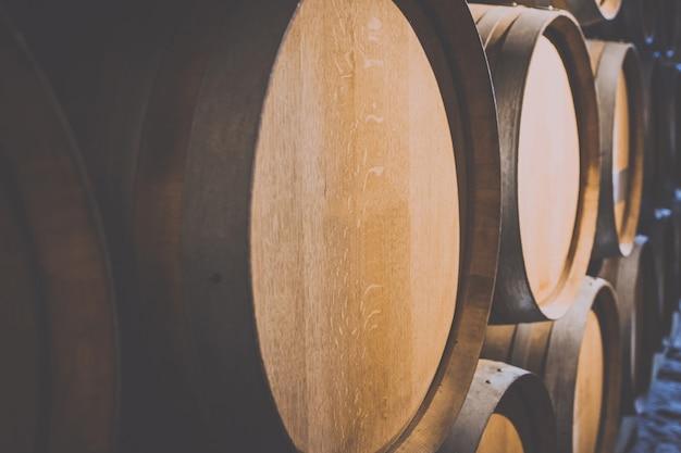 Vaten wijn in de kelder van het kasteel
