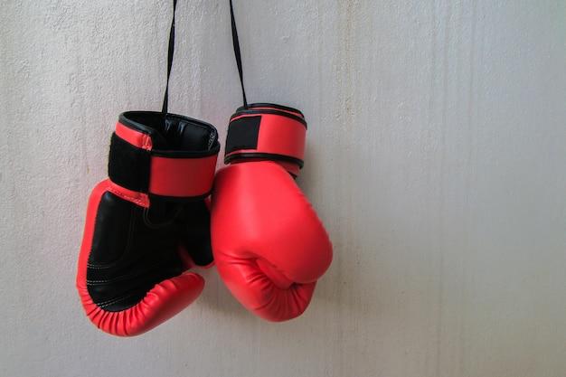 Vechtende handschoenen die op witte achtergrond worden geïsoleerd