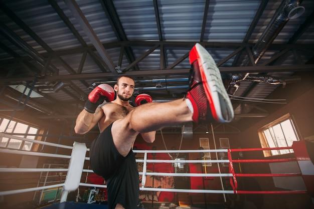 Vechter in rode bokshandschoenen bij een opleiding.