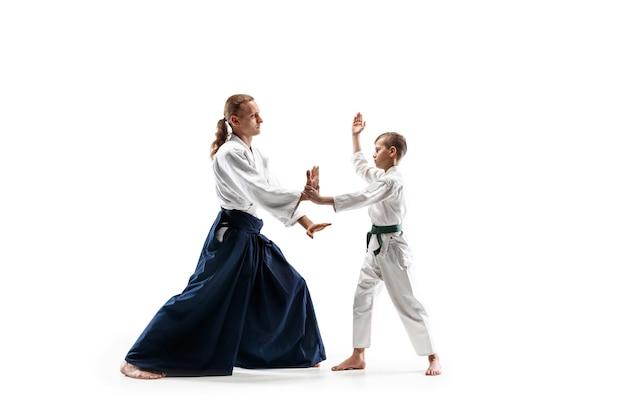 Vechters in witte kimono op witte kamer
