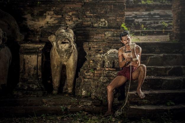Vechtsporten van het thaise, thaise in dozen doen van muay bij het historische park van ayutthaya in ayutthaya, thailand
