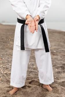 Vechtsportenvechter in karatekostuum