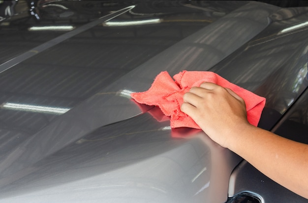 Veeg de auto schoon