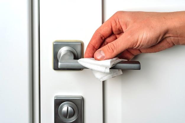 Veeg de deurgreep met de hand af met een antibacteriële desinfectiedoek
