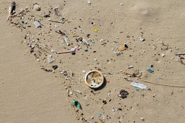 Veel afval aangespoeld op de kust op het strand