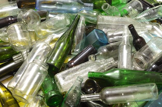 Veel afval van glazen flessen