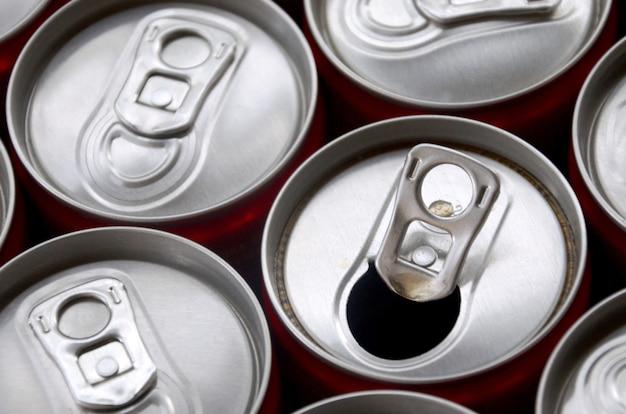 Veel aluminium frisdrankblikjes. reclame voor massaproductie van frisdrank of blikjes