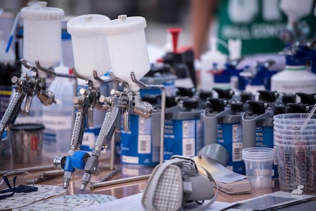 Veel autolakspuiten of autospuiten worden in verschillende kleuren geplaatst om de spray voor te bereiden.