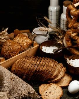 Veel bakkerij op de tafel