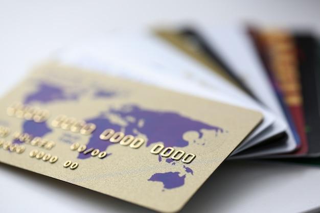 Veel bankkaarten verspreid op tafel