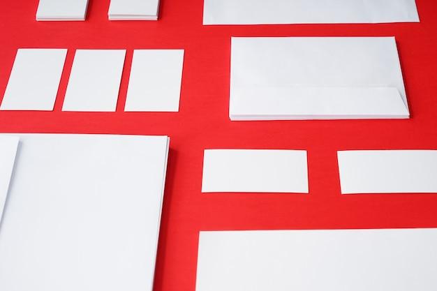 Veel blanco enveloppen op kleur