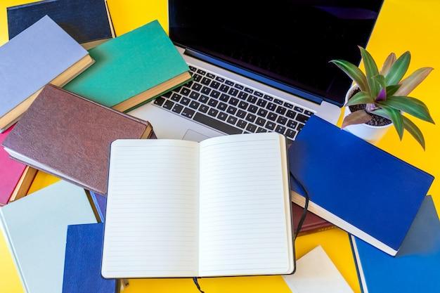 Veel boeken laptop zwarte achtergrond notebook oude veelkleurige