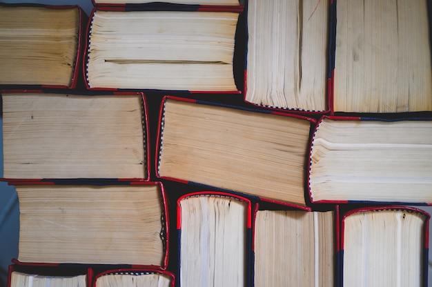 Veel boeken liggen in de universiteitsbibliotheek.