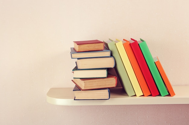 Veel boeken op houten plank