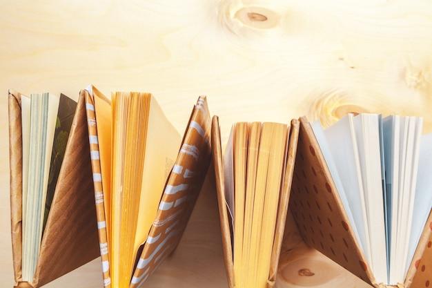 Veel boeken stapels.