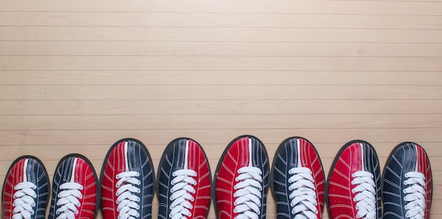 Veel bowling schoenen op de vloer.