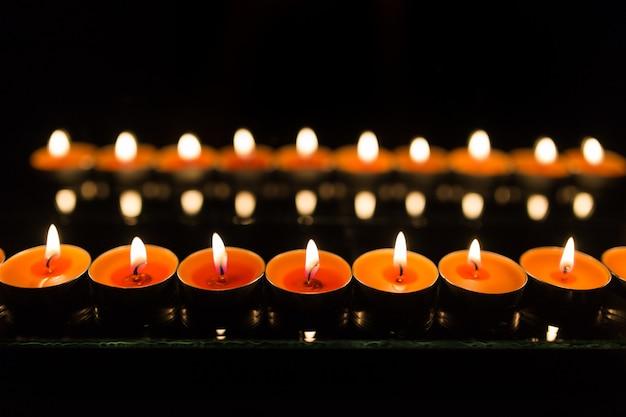 Veel brandende kaarsen met ondiepe scherptediepte.