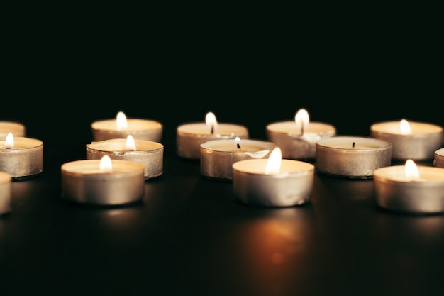 Veel brandende kaarsen met ondiepe scherptediepte