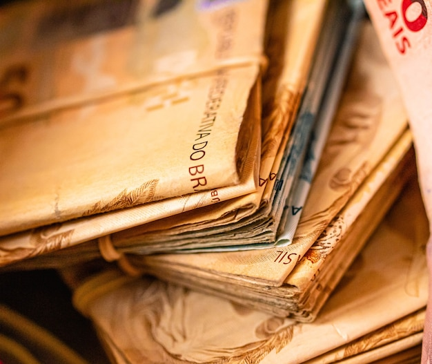 Veel braziliaanse echte bankbiljetten in een spaarpot voor braziliaanse economie en spaarconcepten