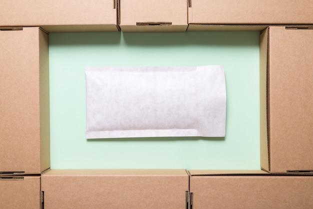 Veel bruine kartonnen dozen met envelop