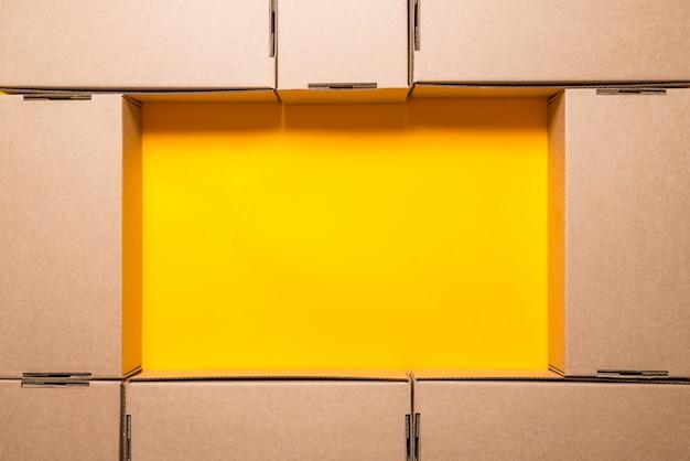 Veel bruine kartonnen dozen,