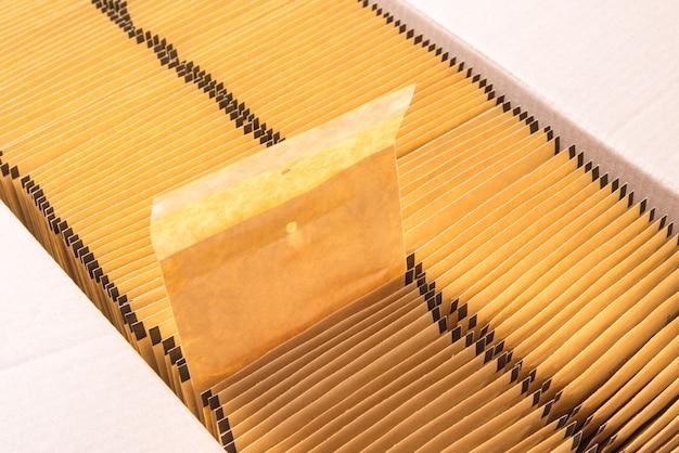 Veel bruine papieren post envelop in kartonnen doos