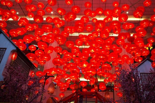 Veel chinese rode lantaarns als nieuwjaarssymbool. maan vakantie concept. detailopname.