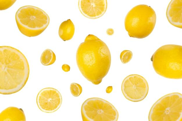 Veel citroenen en plakjes vliegen en vallen geïsoleerd
