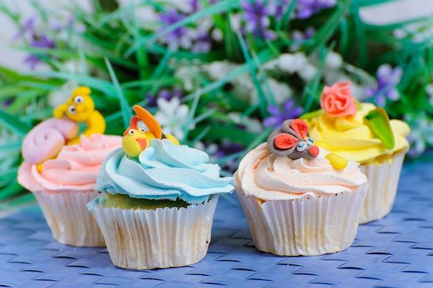 Veel cupcakes liggen bij de versieringen op het hoofd