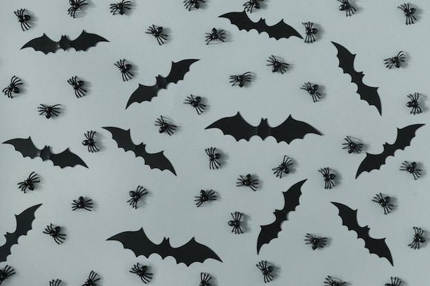Veel decoratieve zwarte spinnen en vleermuizen zijn aangelegd op het grijze oppervlak.