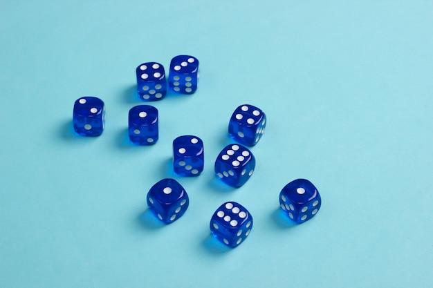 Veel dobbelstenen op een blauwe ondergrond