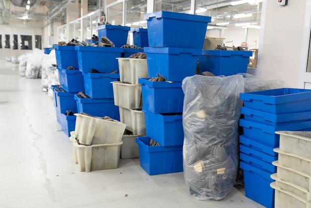 Veel dozen met spaties. productie van schoenen. voor welk doel dan ook.