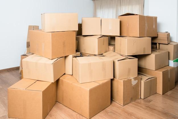 Veel dozen vol met huishoudelijke artikelen