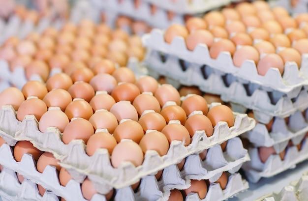 Veel eieren in de kartonnen dozen.