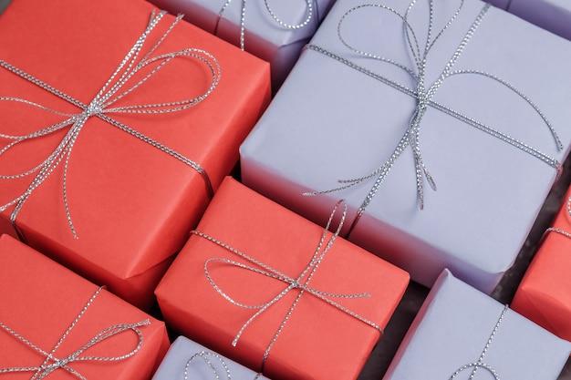 Veel feestelijke cadeaus verpakt in rood en lila papier