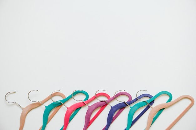 Veel felle veelkleurige fluwelen hangers in pop-kleur