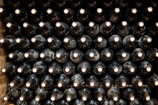 Veel flessen rode wijn bij een wijnmakerij