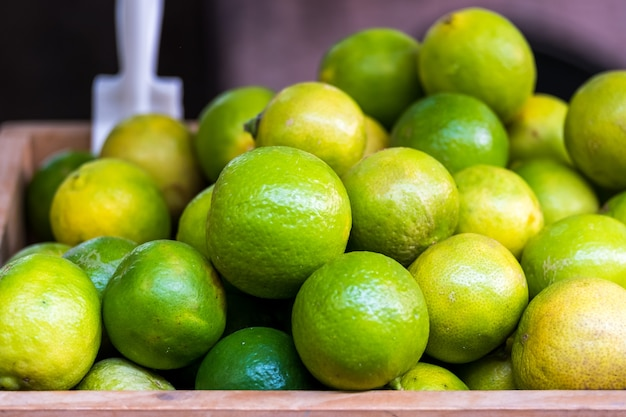 Veel frisse groene gele kalk op houten emmer, lime harvest